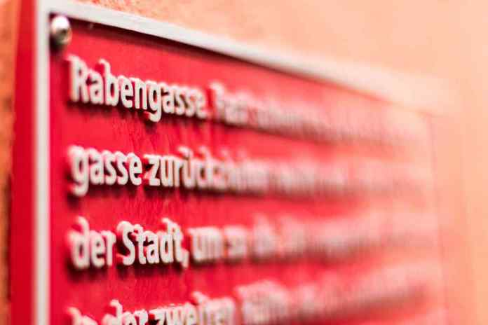 Folge den roten Tafeln und findest Neues und Spannendes. (Fotos: Andrea Ullius)