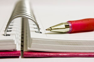 Kynä ja paperia ovat tärkeä työkalut ideoinnissa.