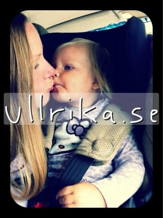 20110818 - säger hejdå till Milla som ska vara kvar hemma med mormor och farmor.