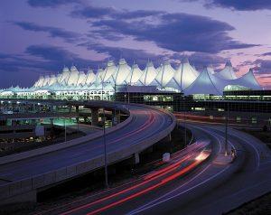 Markantes Profil und nonstop von München erreichbar: der Denver International Airport (c) VISTIDENVER