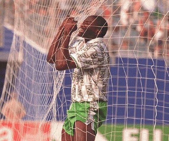 Reshidi Yekini se emociona ao marcar o primeiro gol da Nigéria em Copas do Mundo