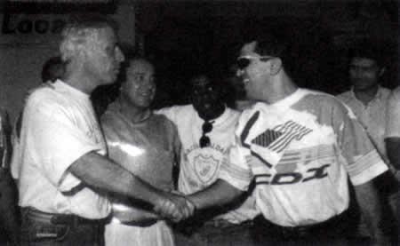 Nuno Leal Maia sendo recebido pelo presidente do Londrina, em 1995