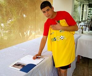 Ali Taha ao assinar o contrato com o Brazsat