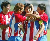 Jogadores paraguaios festejam o gol de Jose de Vaca diante da seleção brasileira