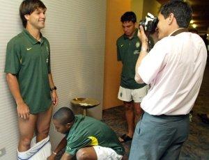 Robinho e Diego brincam em sessão de fotos antes do Pré-Olímpico