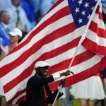 A delegação dos Estados Unidos surpreendeu o mundo em 2008 ao escolher o sudanês recém-naturalizado Lopez Lomong como porta-bandeira
