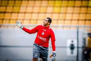 Cena rara: Fábio Costa em campo pelo São Caetano