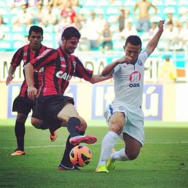 Em alguns jogos, teve bons momentos. Como neste em que driblou sorrindo o jogador do Bahia.