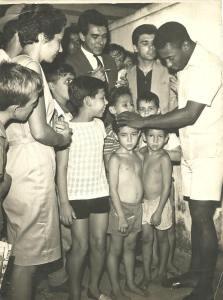 Anos 1960. Vital Battaglia é o jornalista á direita do Rei Pelé