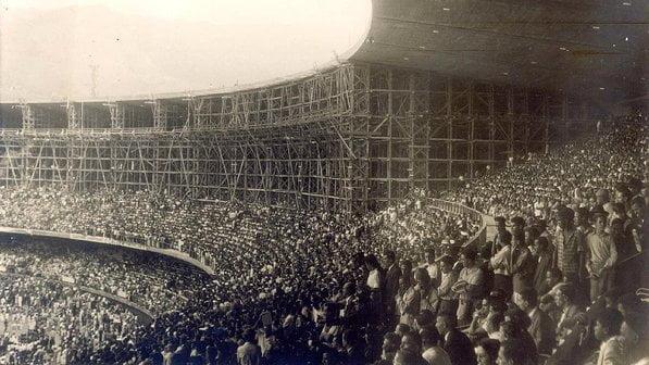 Evento teste? O Maracanã foi inaugurado no dia 16 de junho de 1950, com um amistoso da seleção carioca contra a paulista. Oito dias depois, ainda inacabado, o estádio recebeu 84 mil pessoas para a estreia do Brasil na Copa, diante do México. Nos jogos seguintes dos brasileiros no torneio, já recebeu públicos acima de 100 mil