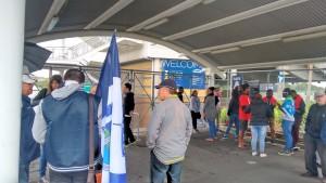 Torcida organizada do Auckland City (com sua nova bandeira) aguarda a abertura do portão ao lado dos fãs do Solomon Warriors