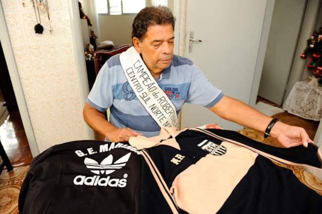 Ex-goleiro Maurício Gonçalves posa com faixa e a camisa da campanha, em entrevista ao jornal Gazeta do Povo em 2010