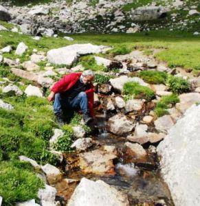 Franco Guarino sul ruscello sorgente del Tanaro al colle del Pas nelle Alpi Liguri