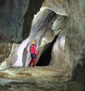 Ricercatori nel reticolo sorgentifero carsico  sotterraneo del Tanaro