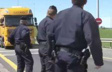 Duro sciopero a Calais blocca navi sulla Manica e treni sotto. Bloccati anche i migranti clandestini