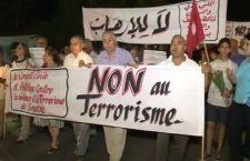 Tunisia in piazza contro il terrorismo dopo la strage sulla spiaggia mentre continua la fuga dei turisti