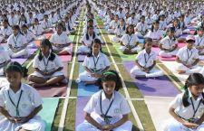 Milioni di indiani festeggiano in strada la giornata mondiale dello Yoga