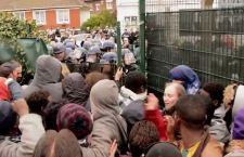 Nuovo assalto dei migranti al tunnel sotto la Manica. Questa volta ci scappa il morto