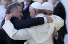 Il Papa chiede che ogni parrocchia europea accolga i migranti. Intanto accolti in migliaia in Germania. Uk pensa anche alla guerra