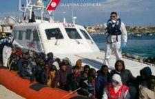 Migranti: Onu autorizza operazioni contro scafisti. Più di 1.000 salvati davanti alla Libia. Caos in Croazia