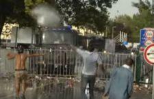 Ungheria: polizia contro migranti con lacrimogeni e cannoni ad acqua. La Croazia apre le porte