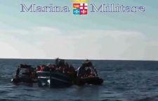 Partono dall'Italia i primi migranti accettati in Europa mentre l'Onu autorizza l'azione militare contro gli scafisti