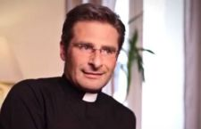 Rimosso ai suoi incarichi il teologo che si è detto omosessuale e che vive con un compagno