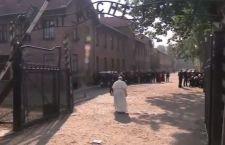Francesco in silenzio entra ad Auschwitz