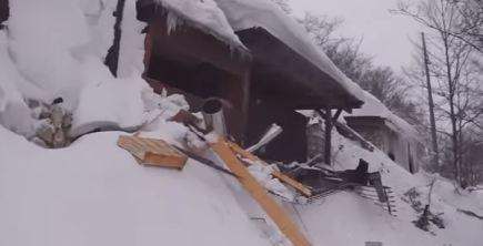 Hotel coperto da neve e detriti