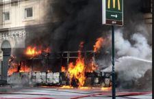 Roma: bus s'incendia ed esplode in pieno centro