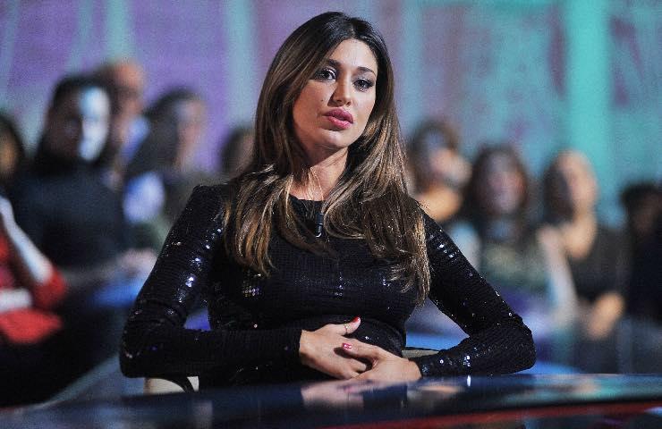 Belen Rodriguez seduta