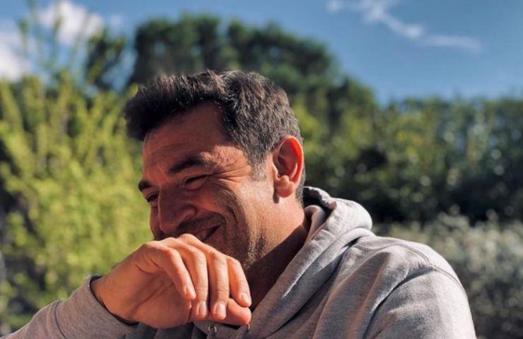 Max Giusti colpito da una malattia: perché si presenta in tv così