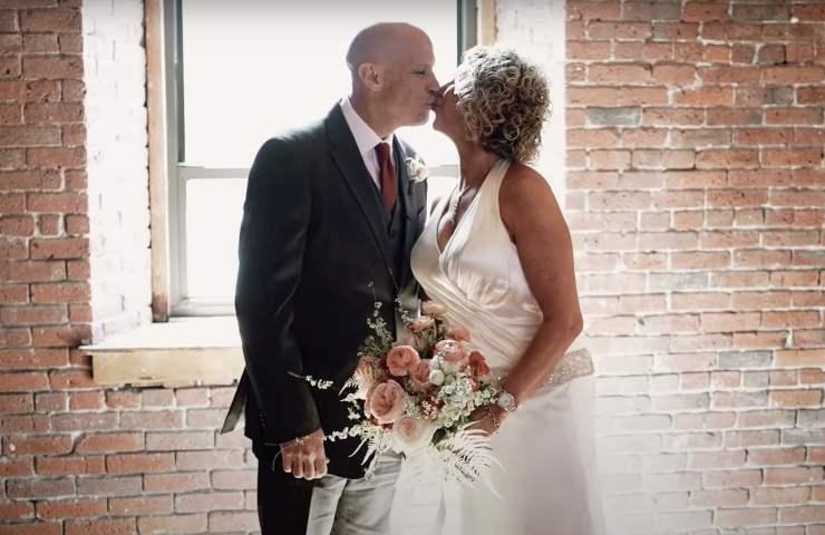Malato di Alzheimer fa una proposta alla moglie. Dopo vent'anni lo fanno ancora