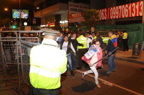 Los seguidores de Creo cruzaron una de las vallas de seguridad cerca del CNE. Foto: Alfredo Lagla / ÚN