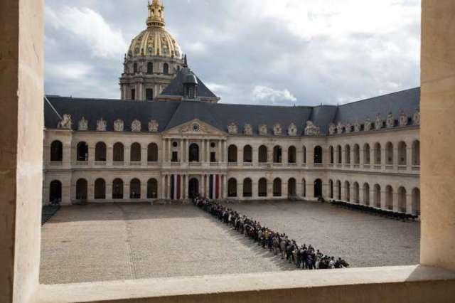 Des centaines de personnes sont venues se recueillir devant la dépouille de l'ancien président Jacques Chirac, aux Invalides, le 29 septembre.