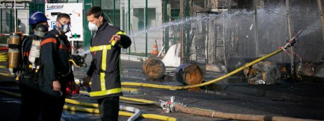 Des pompiers près de l\'incendie qui a touché l\'usine Lubrizol à Rouen (Seine-Maritime), le 27 septembre 2019.