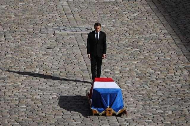 Lors des obsèques de l'ex-président de la République Jacques Chirac. Avant le service solennel en présence de personnalités à l'église Saint-Sulpice, Emmanuel Macron a rendu les honneurs funèbres militaires à Jacques Chirac dans la cour des Invalides, le 30 septembre.