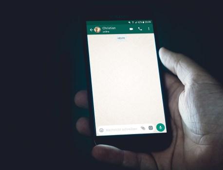 Sur WhatsApp, supprimer une image envoyée ne l'efface pas de la galerie photo des iPhone