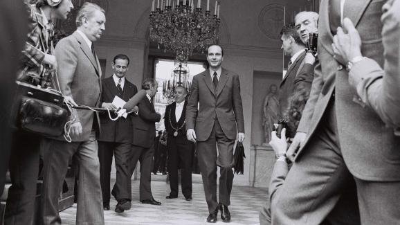Jacques Chirac à la sortie du premier Conseil des ministres de son nouveau gouvernement, à l\'Elysée, le 29 mai 1974.