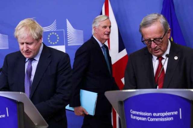 De gauche à droite : le premier ministre britannique, Boris Johnson, chef des négociateurs de l'UE, Michel Barnier, et le président de la Commission européenne, Jean-Claude Juncker, à Bruxelles, jeudi 17 octobre 2019.