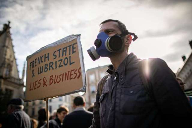 Un homme portant un masque à gaz, lors d'une manifestation pour exprimer les inquiétudes de la population sur les conséquences potentielles de l'incendie de l'usine chimique de Lubrizol, le 26 octobre 2019 à Rouen.