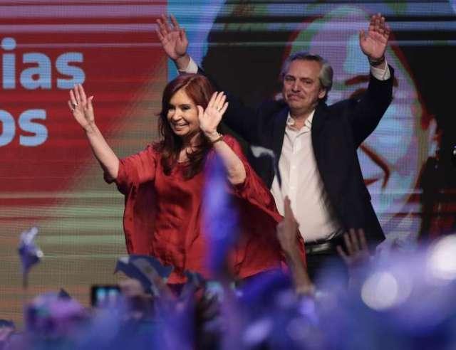 Sur 97% des bulletins dépouillés dimanche, Alberto Fernandez et sa candidate à la vice-présidence, Cristina Kirchner réunissent 48% des voix.