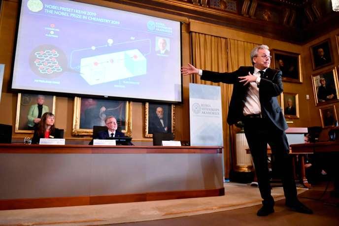 Le secrétaire général de l'Académie royale suédoise des sciences, Goran K Hansson, annonce les noms des lauréats du Nobel de chimie, le 9 octobre 2019.