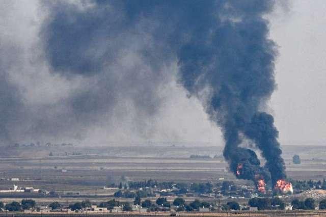 La ville deRas Al-Aïn, déjà à moitié contrôlée par les forces d'Erdogan, vue depuis la Turquie voisine, jeudi 17 octobre. «Nous ne sommes pas encore passés à l'attaque (…). La véritable bataille n'a pas encore débuté», a averti un responsable kurde.