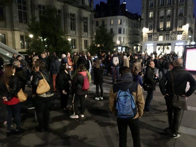 Il y a peu de monde devant le Palais de justice de Rouen (Seine-Maritime)., où une manifestation de dernière minute a été improvisée par le collectif unitaire.