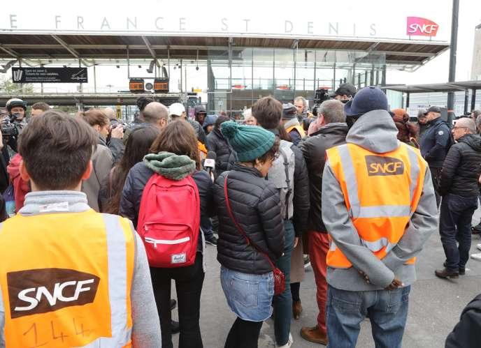 Des cheminots du Technicentre de Châtillon en grève devant le siège social de la SNCF, à Saint-Denis.