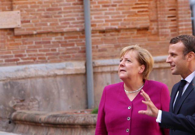Angela Merkel et Emmanuel Macron dans la cour de la préfecture, à Toulouse