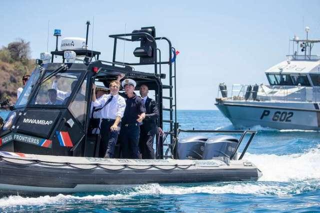 Emmanuel Macron à bord d'un intercepteur de la police aux frontières (PAF), àMamoudzou (Mayotte), le 22 octobre.