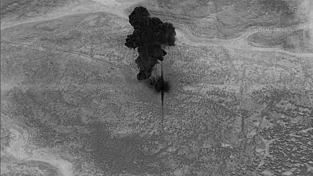 De la fumée après les frappes aériennes américaines. /U.S. Department of Defense/via REUTERS