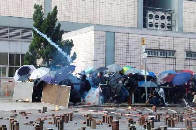 Des manifestants tentent de quitter le campus de l'Université polytechnique, le 18novembre, à Hongkong.